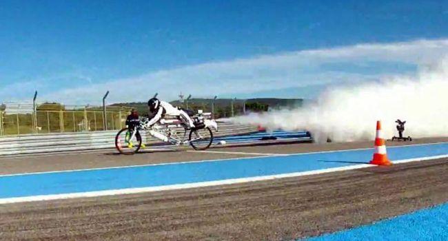 Le recordman du monde de vitesse en vélo-fusée se tue lors d'un entraînement